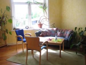 Der Beratungsraum in der Beratungsstelle mit sonnigem Fenster, Tisch und Stühlen