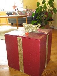 Im Beratungsraum des Mädchenhauses steht die große rote Geschenkkiste
