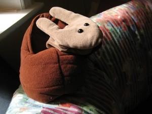 Handpuppe Schnecke sitzt auf dem Sofa im Beratungszimmer der Anlauf- und Beratungsstelle