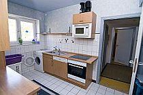 Blick in die Küche der Mädchen-WG auf Herd, Spüle und Waschmaschine