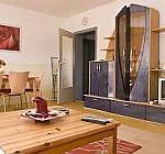 Das Wohnzimmer in der Mädchen-WG ist gemütlich mit modernen Holzmöbelm eingerichtet.