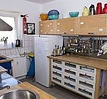 Blick in die Küche der Zufluchtsstätte mit Schränken und Kühlschrank