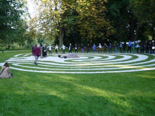 Frauen fassen sch an den Händen und begehen das Kieler Labyrinth