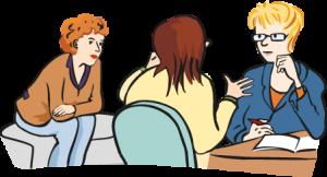 Junge Frau sitzt mit zwei erwachsenen Frauen zusammen und erzählt ihnen etwas