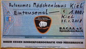 Der Spendenschek von B.A.C.A.A. e.V. üver 1000,-€ ist verziert mit dem Logo des Vereins