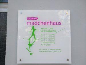 Türschild der Mädchenhaus-Beratungsstelle an der Hauswand in der Holtenauer Str. 127